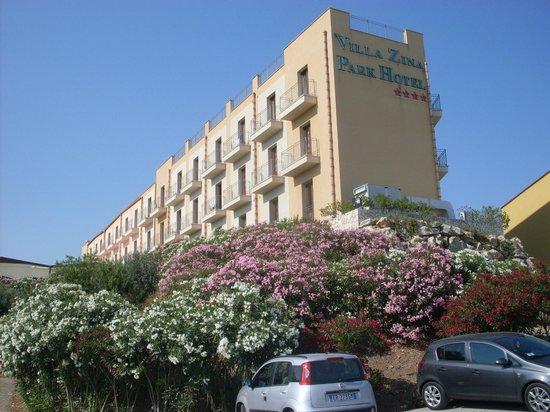 Villa Zina Park Hotel: Panoramica hotel dal parcheggio
