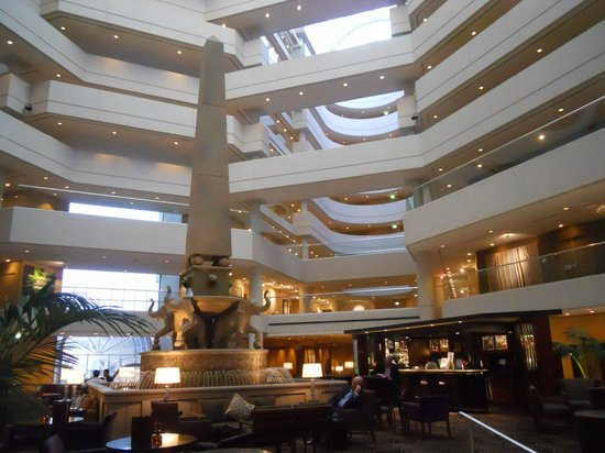 Hyatt Regency Perth: View of the bar and atrium with the Obelisk