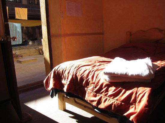Piedra Blanca Backpackers Hostel: Inside room 4, there is another bed next to this one and a private bathroom