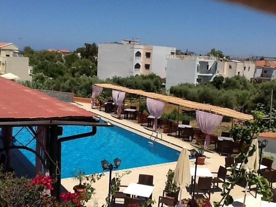 Hotel Jechrina: Billede taget fra terrassen af pool og restaurant