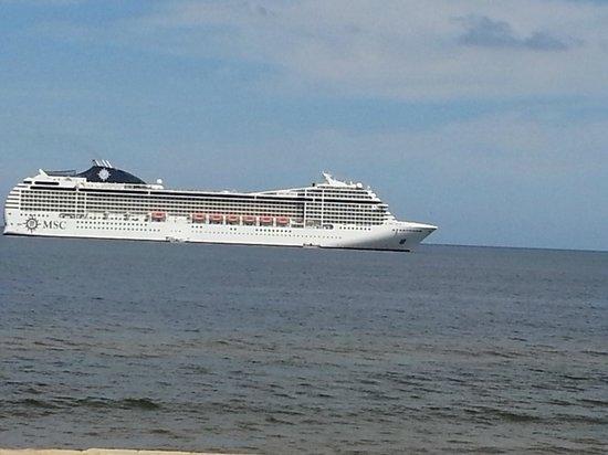 After Hotel Montevideo: Un crucero estaba llegando a Montevideo, un espectaculo....