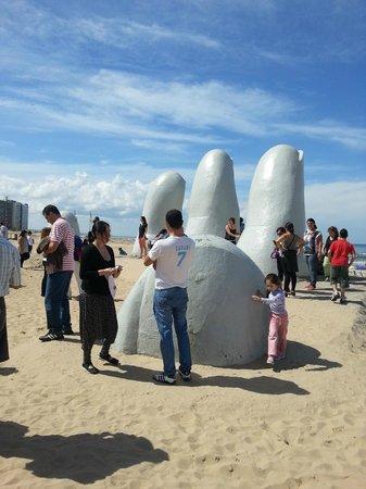 After Hotel Montevideo: Esta Escultura al aire libre y frente al mar, es sencillamente hermoso.-