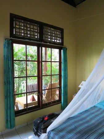 Rajas Bungalows: großes Fenster zur Terrasse