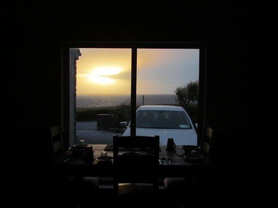 Orchid House Bed & Breakfast: Blick vom Frühstücksraum in den Sonnenuntergang.