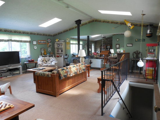 Sanders Mountain View Lodge : Rec room with large TV and room to spread out.
