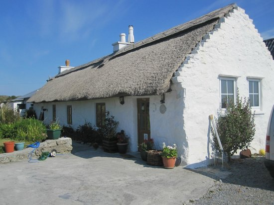 Man of Aran Cottage : From the road