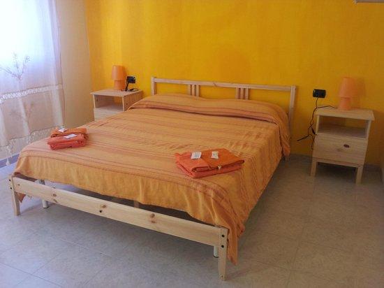 camera da letto arancione - Picture of Bed Le Due Isole, Capoterra ...