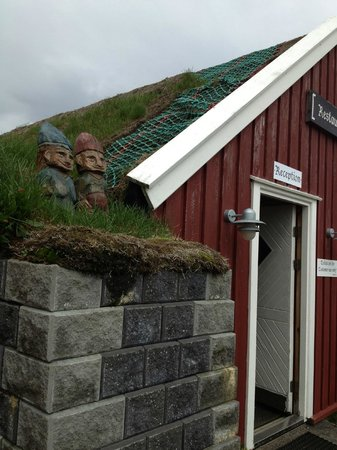 Guesthouse Snjofell: Greeters on the roof.
