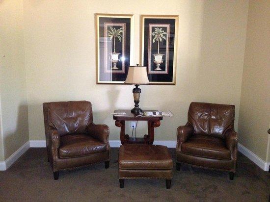 Summer Creek Inn : Suite #1 sitting area
