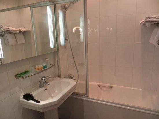 Hotel Du Midi Paris Montparnasse: Bathroom, spacious, nice shower