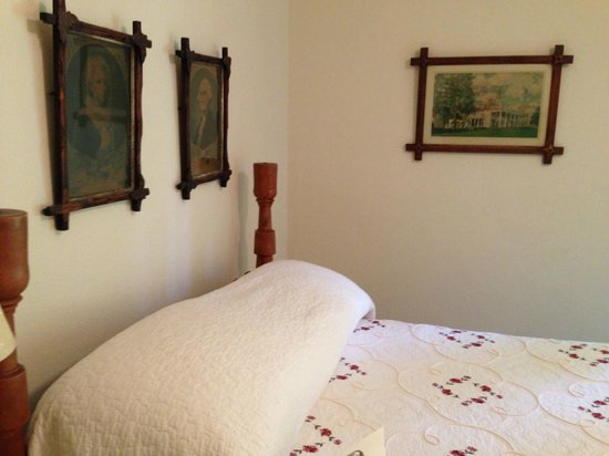 Historic General Lewis Inn : One Double Bed