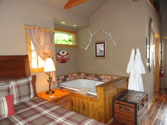 Eureka Sunset Cabins: View of Jacuzzi
