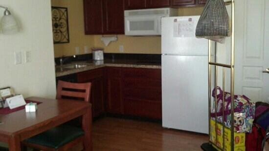 Residence Inn Philadelphia West Chester/Exton: kitchen with fridge and microwave doors open to the left... backwards