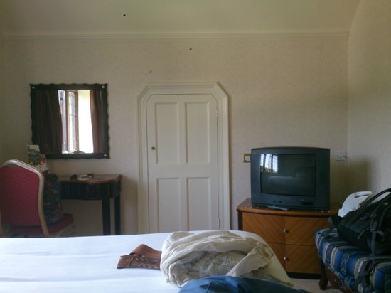 Royal Court Hotel - Coventry: Room 108 / Manor - Closet & TV