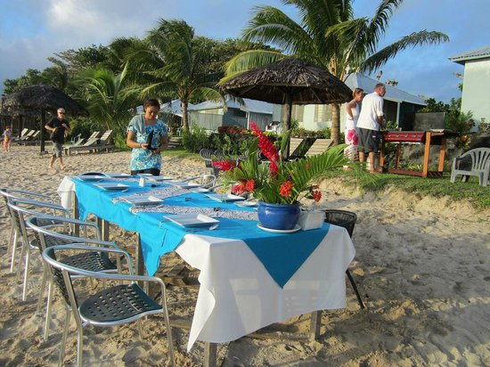 Savaii Lagoon Resort: Setting up a BBQ to order