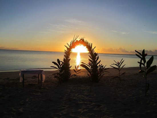 Savaii Lagoon Resort: The sunset through the bridal arch moments after the ceremony.