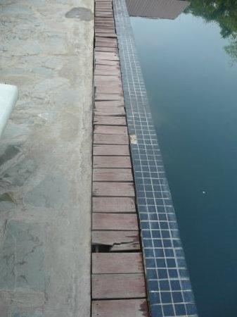 Phka Villa: l'entourage de la piscine, lattes en bois pourries