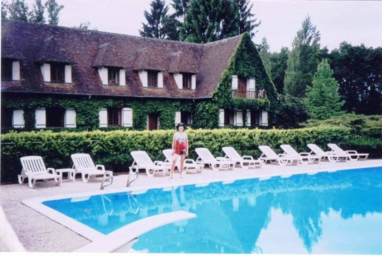 Auberge des Templiers : A shimmering, modern pool