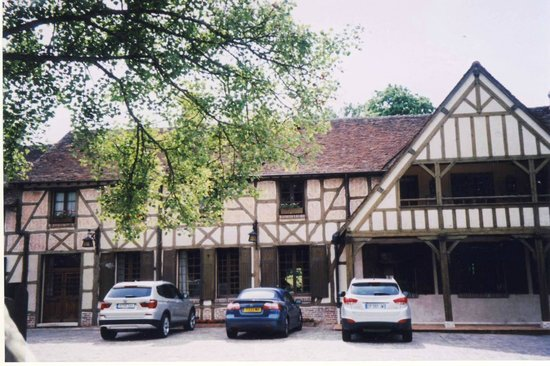 Auberge des Templiers : The historic half-timbered facade of this charming inn.
