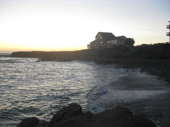 The Tides Inn of Shelter Cove: Tides Inn right on the water