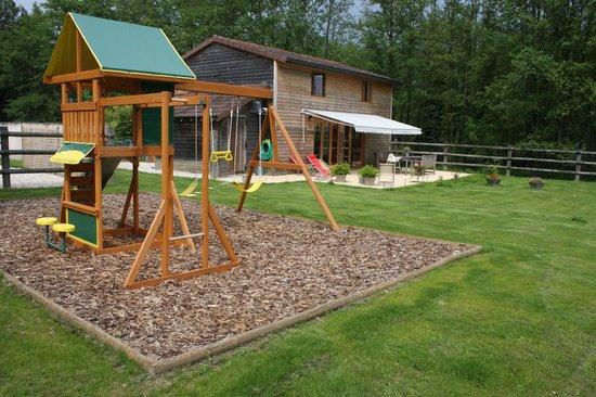 Mervans, France : Zicht op de achterkant met tuin en speelhuisje