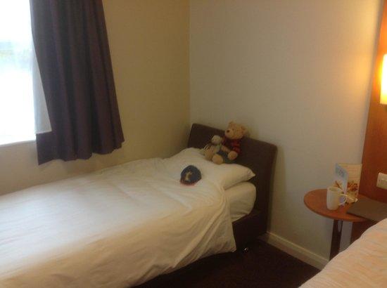 Premier Inn Caerphilly Crossways Hotel: Single bed