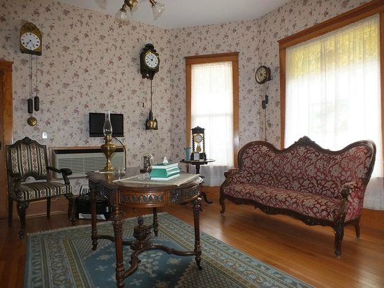 Mangum Whitehouse Bed & Breakfast: Parlor