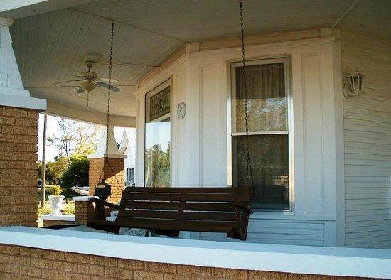 Mangum Whitehouse Bed & Breakfast: Porch