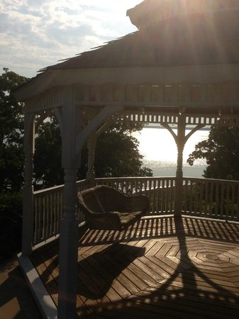 Lantana Resort : Relaxing lake view gazebo with swing