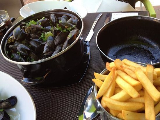 Atmosphere Cafe: mussels and frites