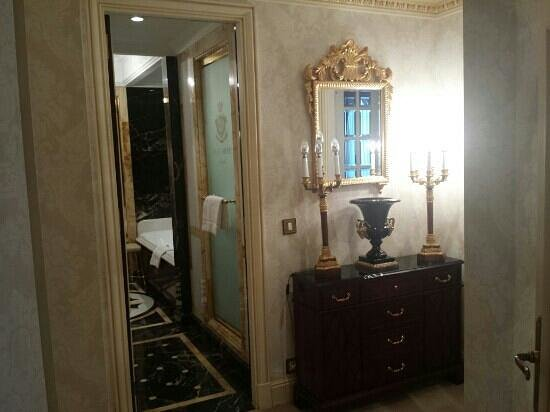 The Westin Palace Madrid: Royal Suite - Main bathroom and bedroom hall