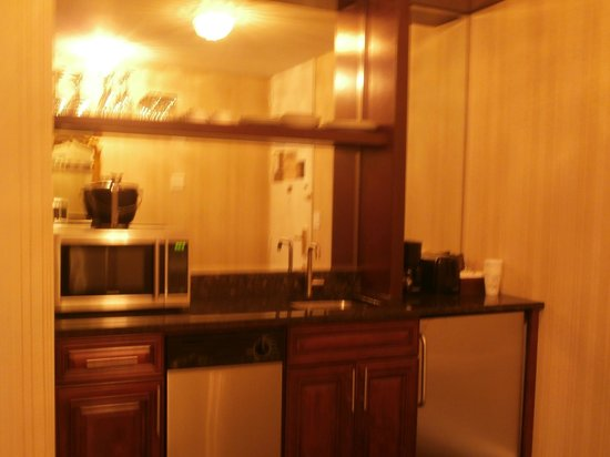 The Kimberly Hotel: Kitchenette with microwave, fridge, dishwasher, glasses and delph