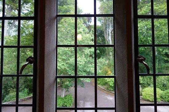 Ard na Sidhe Country House: Bedroom window Room 1