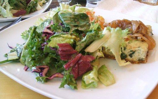 Resto-Microbrasserie Le Baril Roulant : 4-cheese Quiche and Salad