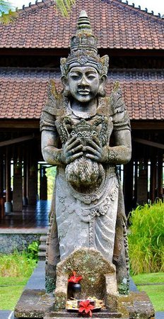 The Chedi Club Tanah Gajah, Ubud, Bali – a GHM hotel : Wonderful statues and carvings on the property make for a wonderful stroll
