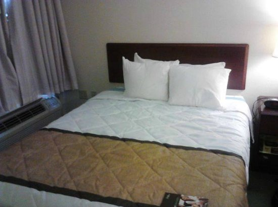 Extended Stay America - Dallas - Plano: Bed looks clean and nice but it's worn and broken down