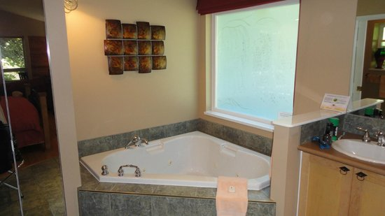 The Bonniebrook Lodge: In-suite Jacuzzi tub
