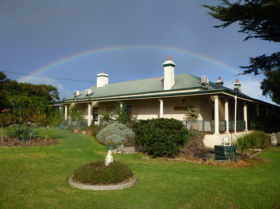 Seaview Lodge Hotel : Rainbow over Seaview Lodge..says it all.