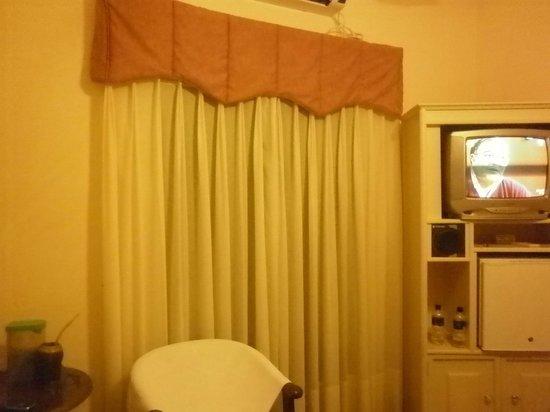 Hotel Italiano: habitación, ventana a la calle (muy tranquila) Cambien la TV
