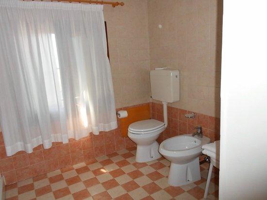 Casa Sant'Andrea: Amplio baño con ventana al exterior