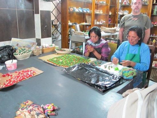 Gray Line Tours Ecuador : haciendo muñecos de mazapan