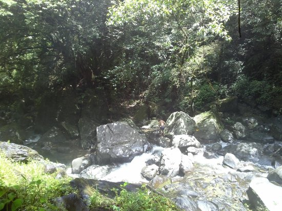 Naval, Philippines: Going down the waterfall to the natural pool