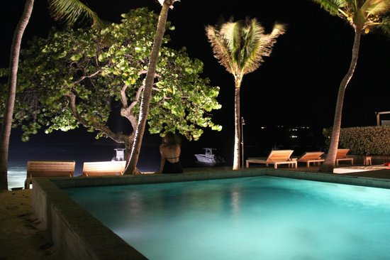 Le Sereno Hotel: Pool at night.