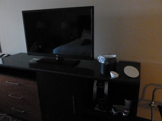 Hilton Garden Inn Los Angeles Marina Del Rey: TV, coffee station, etc in King room