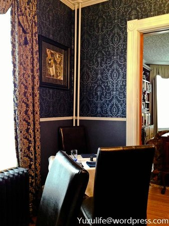 Bacchus House: Dramatic Wall Paper in the Dining Room