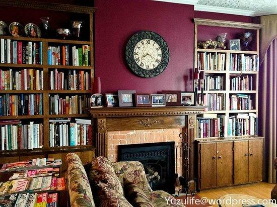 Bacchus House: Living Room