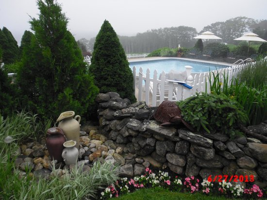 Strawberry Hill Seaside Inn : Fountain by the pool