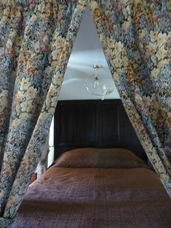 Pelican Inn: High bed