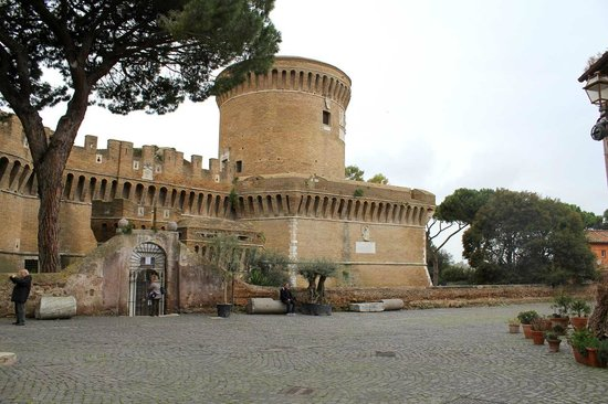 Rome Cocoon B&B: Building in the old town of Ostia