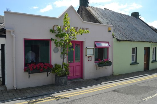Cafe Hans: Hard to Miss Walking Back From The Rock of Cashel Castle